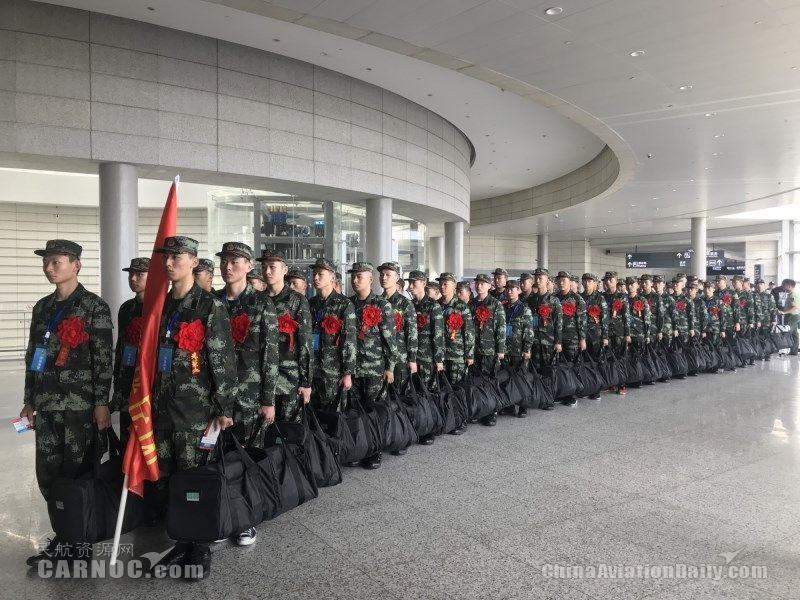 地服人员保障新兵值机、安检、候机等各环节秩序