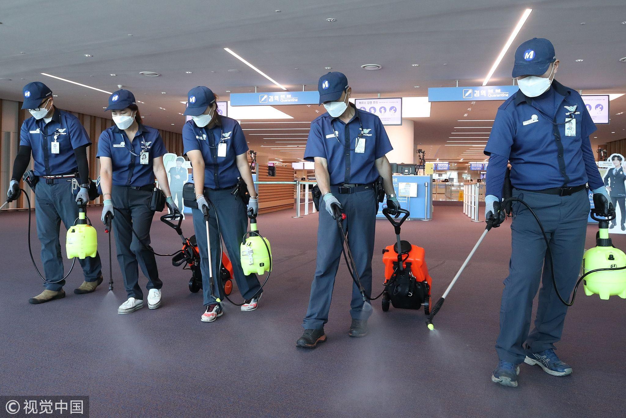 9月10日,仁川国际机场工作人员们在2号航站楼入境处进行消毒防疫。