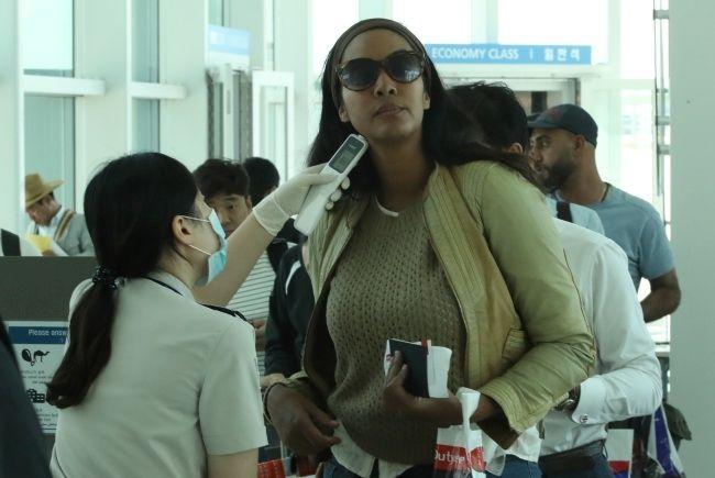 机场外籍乘客接受检查