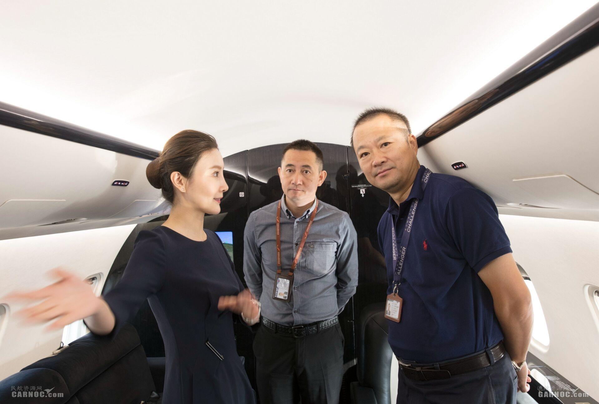 东北管理局副局长孔繁伟在飞机检查验证飞行。