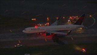 视频|达美航空客机起落架冒烟  无人受伤
