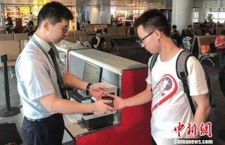 杭州萧山机场推出无纸化通关 实现扫码乘机