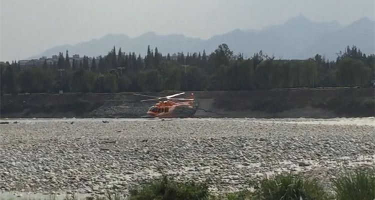 两游客被困都江堰河心岛 直升机出动助脱险