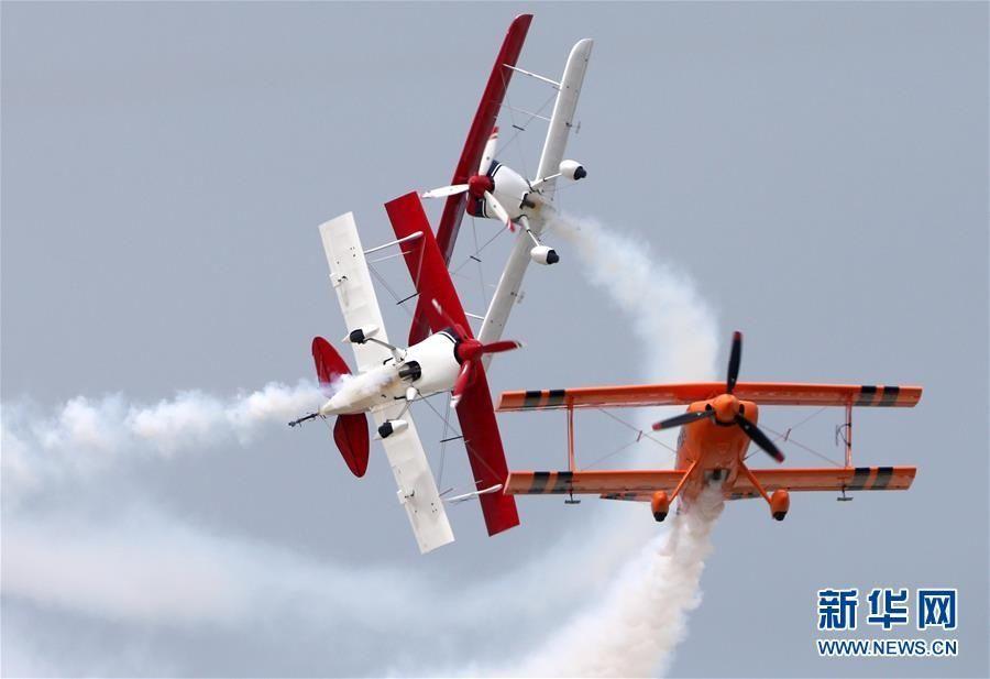 湖北荆门:观飞行表演 度中秋假期