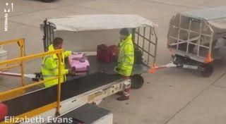 视频:英机场人员暴力卸载行李 网友称应开除