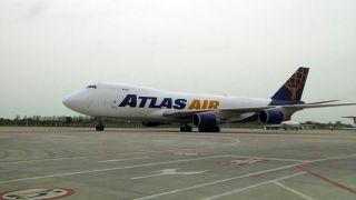 """2013年8月22日18:24分,由美国阿特拉斯航空公司执飞的波音747全货机稳稳落在新桥机场的停机坪上。这是新桥机场迎来的首架国外航空公司的全货机,机上搭载着一批特殊的""""乘客""""——996头""""祖籍""""美国科罗拉多州丹佛市的小种猪。"""