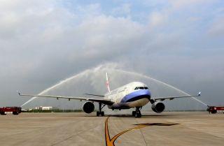 """2014年7月2日下午5点10分,一架台湾中华航空公司的空客A330大型客机降落在合肥新桥国际机场,皖台之间再添一条""""空中走廊""""。"""