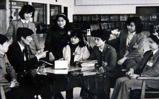1990年前的原候机楼服务室的姑娘们在原运输服务部书记林兆伟的带领下组织业务学习