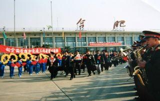 1995年5月 全国劳模大会在京召开, 我省代表团在副省长杨多良的带领下登机