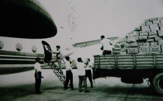 运-7飞机抢运救灾物资