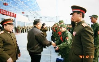 1997年12月11日  省市党政军领导在新兵航空运输欢送仪式上接见战士