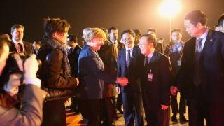 2015年10月30日,德国总理默克尔与时任安徽民航机场集团董事长陈斌同志亲切握手。
