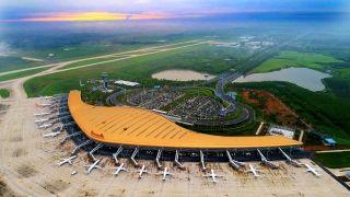 合肥新桥国际机场目前有国内外37家航空公司投入运力,开通境内外航线93条,航线网络辐射到全国50个大中城市。开通了首尔、曼谷、巴厘岛等多条国际及地区客运航线以及国际、国内货运定期航线各1条。2017年完成旅客吞吐量915万人次,货邮吞吐量6.36万吨,2018年旅客吞吐量将突破1000万人次大关,步入全国区域型枢纽机场行列。