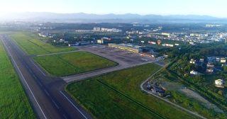 """黄山屯溪国际机场于1958年开始筹建,1959年10月通航。建成600米泥结碎石道面和简易通讯导航设施,主飞""""安二""""型飞机。建成后,机场历经了五次改扩建:1966年,屯溪机场进行第一次简单扩建,跑道延长至1200米,碎石道面,可起降伊尔14。1980年开始第二次扩建,新建候机楼和两座导航台,跑道延长至1800米,仍为碎石道面,可起降安24型飞机。1987年,为适应黄山旅游事业的发展,屯溪机场迎来第三次扩建,按4C标准浇筑了2200米混凝土跑道,配套仪表着陆系统、夜航灯光设备、1500吨油库、消防车辆等设施设备,新建了3500平方米候机楼。扩建后于1989年复航,并更名为""""黄山屯溪机场""""(简称黄山机场,下同),可起降波音737—300型和麦道82以下飞机。"""