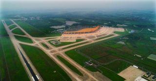 说到合肥新桥国际机场,相信没有合肥人不知道,这座离市中心30多公里的地方,给不少远距离出行的市民带来了很多便利,然而,从三里街到骆岗再到新桥,对于合肥机场的前世今生大伙是否有所了解呢?几十年来,它又发生了哪些变化呢?请随着记者的镜头带您去看一看。