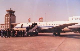 """1971年5月国务院、中央军委批复同意新建合肥骆岗机场,历经6年的艰辛努力,1977年11月合肥骆岗机场如同一颗灿烂的明珠闪耀在省城巢湖北岸,当时被誉为全国""""八大机场""""之一。"""