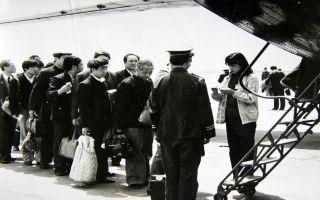 合肥骆岗机场停机坪,旅客正在有序地登上运7飞机
