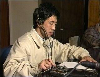报务员杨发平正在发报。