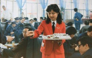 原候机楼服务室服务员李宵热情地为旅客端茶送水