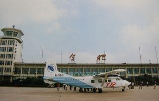 国产运-12在合肥机场