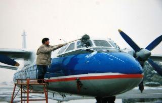 """早期飞机除雪使用的手段还很""""简陋"""""""