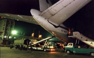 1996年7月皖南遭遇罕见的洪灾,合肥-黄山航线成为通往灾区的唯一空中桥梁。7月11日首批国际救援物资由泰国曼谷运抵合肥,合肥机场全力转运