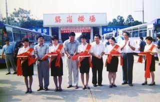 1999年9月,合肥公交公司11路公交车开进了骆岗机场,告别了机场没有公交车的历史,极大地方便了广大旅客和机场员工出行。