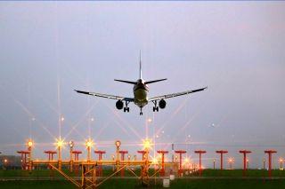 1988年8月东航安徽分公司在合肥骆岗机场首次开通合肥——香港地区临时旅游包机航线,1997年改为定期直航航班,是骆岗机场开通的首条地区航班。航线开通之初,大批晥籍台胞须经香港回大陆探亲,是台胞回皖探亲与经商的主要通道。 (摄影:廖根海)