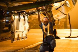 """厦航北京机务""""蓝精灵""""用自己手中的工卡工具,谱写着""""夜的第七章""""。 (摄影:张立维)"""