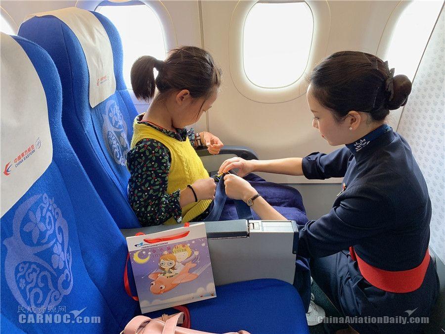 东航四川乘务组在万米高空为国庆献礼