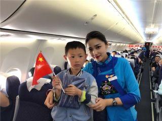 中国联航与旅客在空中共庆祖国生日