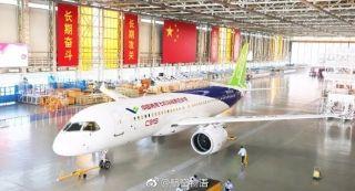中国商飞第三架C919飞机完成喷涂 首飞快了