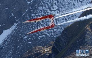 10月10日,在瑞士迈林根空军基地附近,瑞士空军飞机进行飞行表演。 (摄影:摄影:鲁本·斯布里奇)