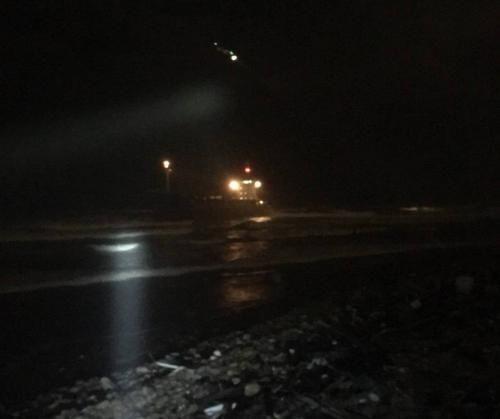 1艘货轮搁浅台湾近海 直升机救走12名船员