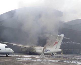 视频 尼日利亚机场机库中ATR72飞机维修时着火