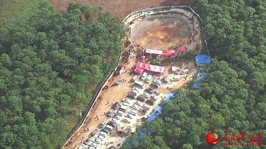 云南:密林深处赌博 警方出动直升机抓获400余人