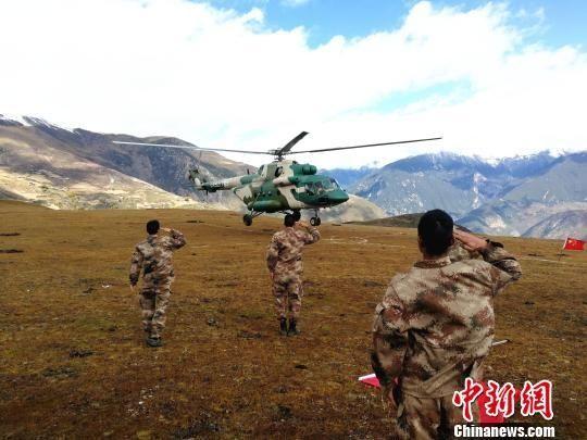 西藏军区启用直升机向安置点运送物资