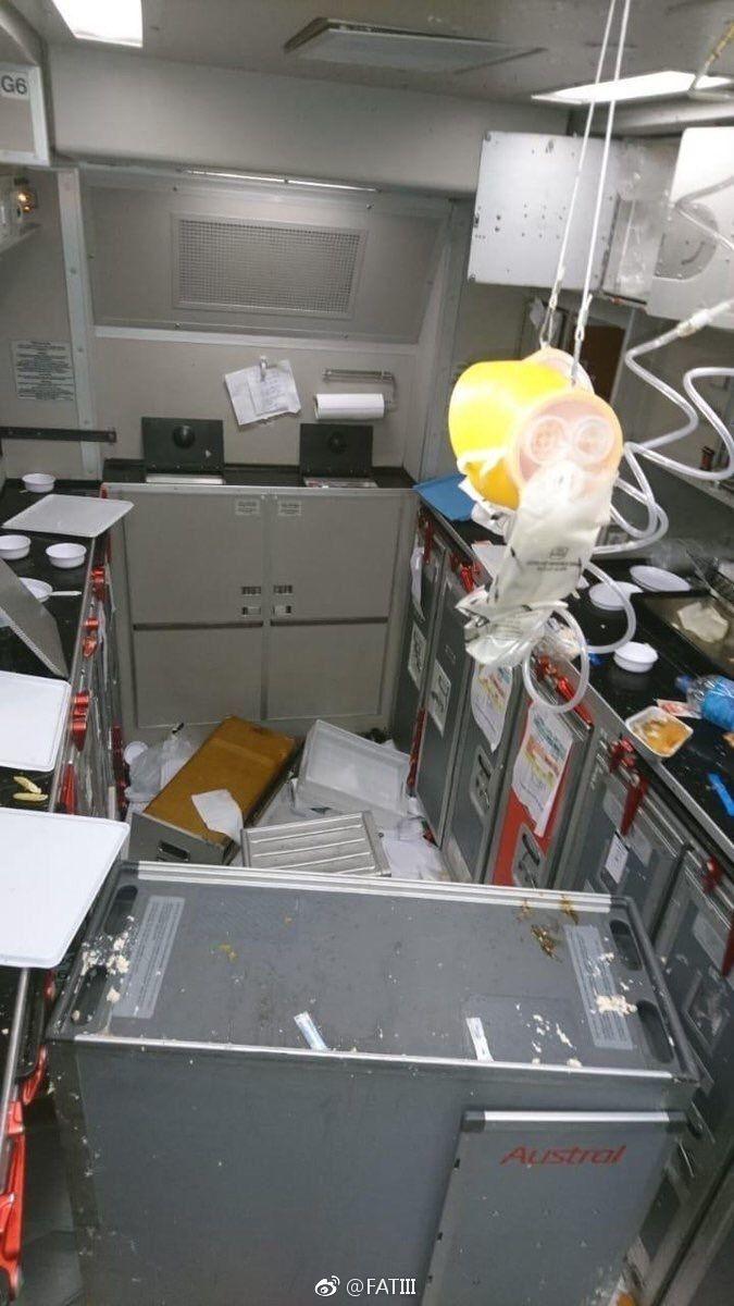 飞机客舱内一片狼藉,天花板也出现损伤
