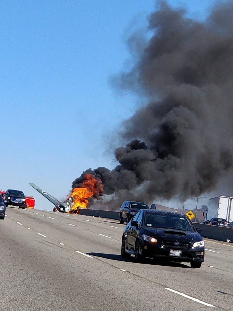 美国一飞机公路上坠毁起火 飞行员成功逃脱