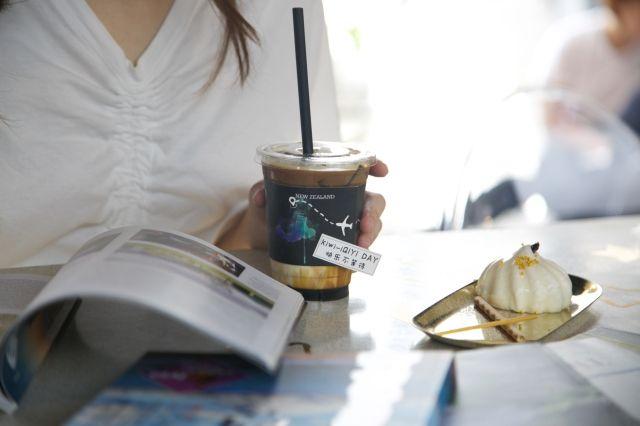 新西兰咖啡与订制杯套。新西兰航空供图