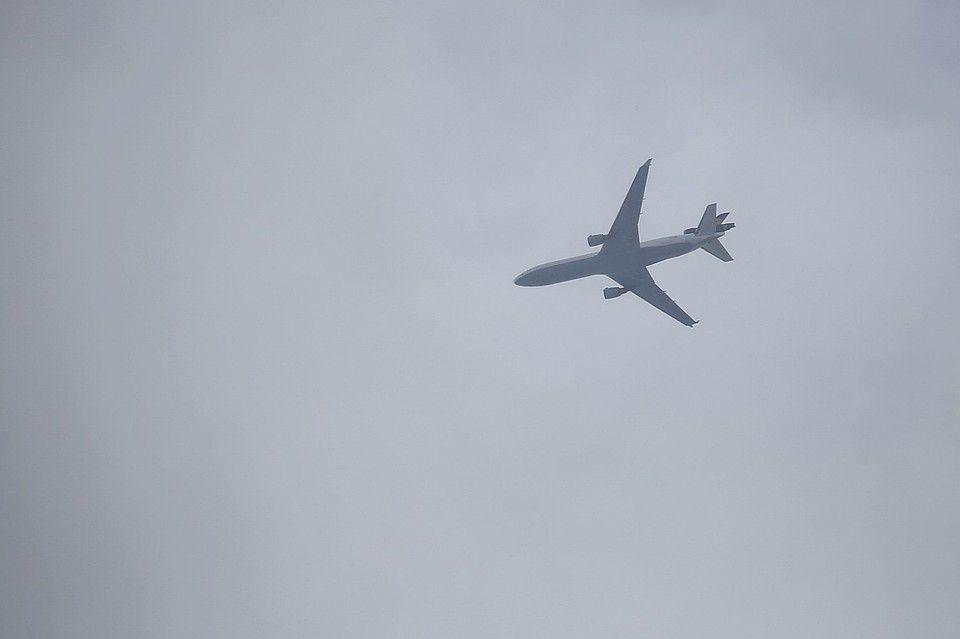 俄驾驶舱挡风玻璃破裂客机安全降落 无人受伤