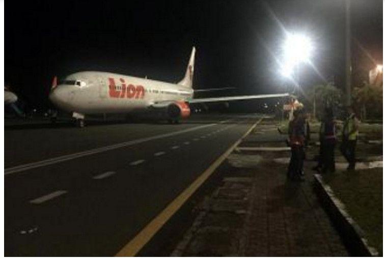 狮航飞机在印尼明古鲁机场撞上灯柱。截图