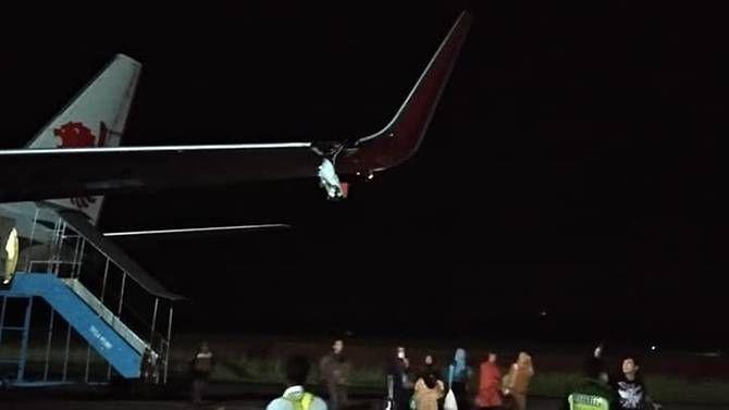 狮航飞机滑行时撞上灯柱,左翼撕裂