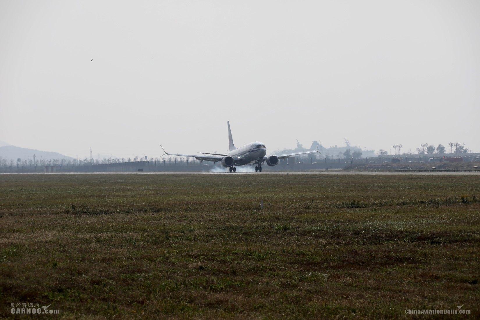 在舟山普陀山机场降落滑行中的737 MAX 波音供图