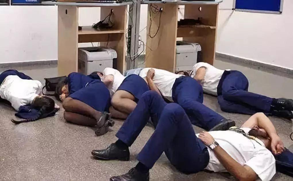 機組人員集體睡地板被解雇 究竟是誰的錯