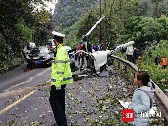 峨眉山一架载两人直升机坠落:飞机迫降时发生意外