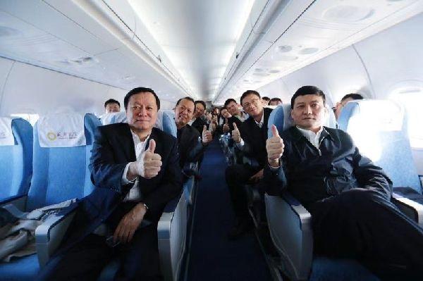 国务院国资委主任肖亚庆一行乘坐体验ARJ21飞机