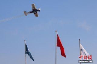"""11月26日在第三届飞来者大会上中国且兰飞行表演队驾驶意大利泰克南轻型运动类飞机上演""""空中芭蕾""""。摄影:瞿宏伦"""