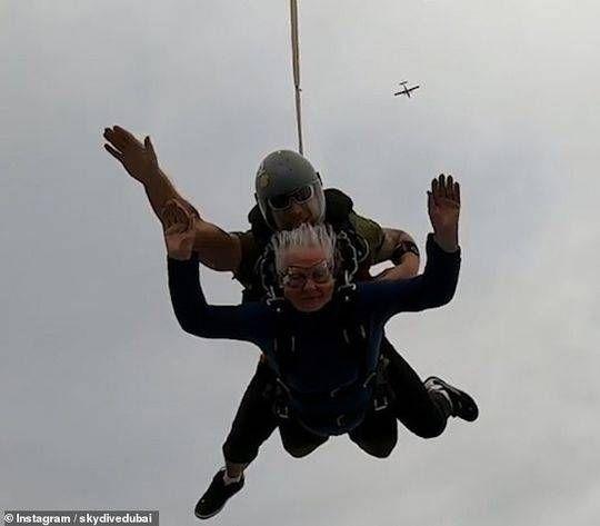 太酷了!82岁老奶奶迪拜13000英尺高空玩跳伞