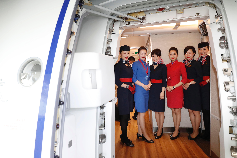 乘务组欢迎接机团登机
